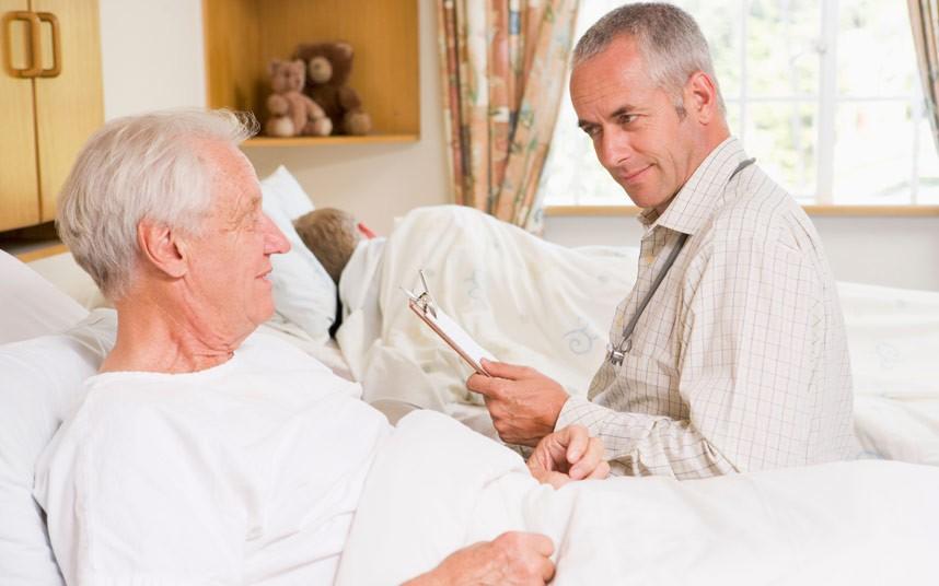 осмотр пожилого с артритом